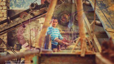 "Photo of أحد عمال مصنع ""الطوب"" وهو يبدع في مهنته بمهارة"